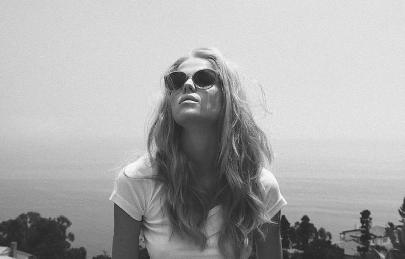 черно белые фото блондинок на море #10